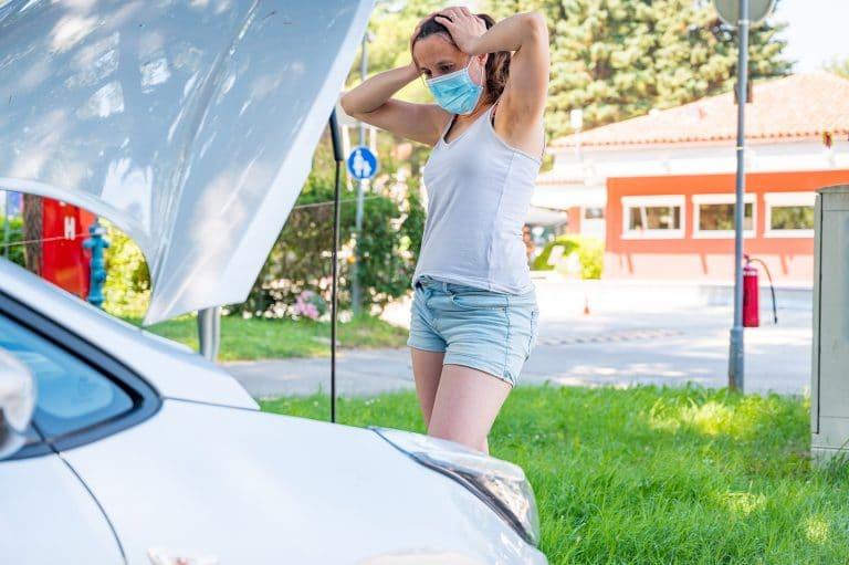 Frau mit Motorschaden